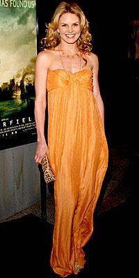 """Jennifer Morrison  """"Kavun içi"""" rengi kıyafetler sanki altın sarışınlar için yapılmış! Ünlü aktris bu sıcak ve tropikal rengi straplez bir elbiseyle buluşturarak harika bir seçim yapmış."""